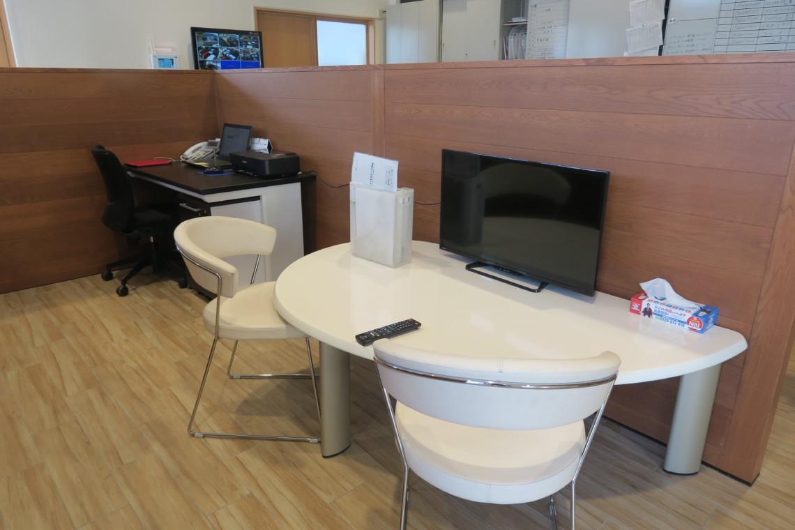 パーテンションで仕切られた商談スペースを設けておりますので、じっくりとご相談いただけます。