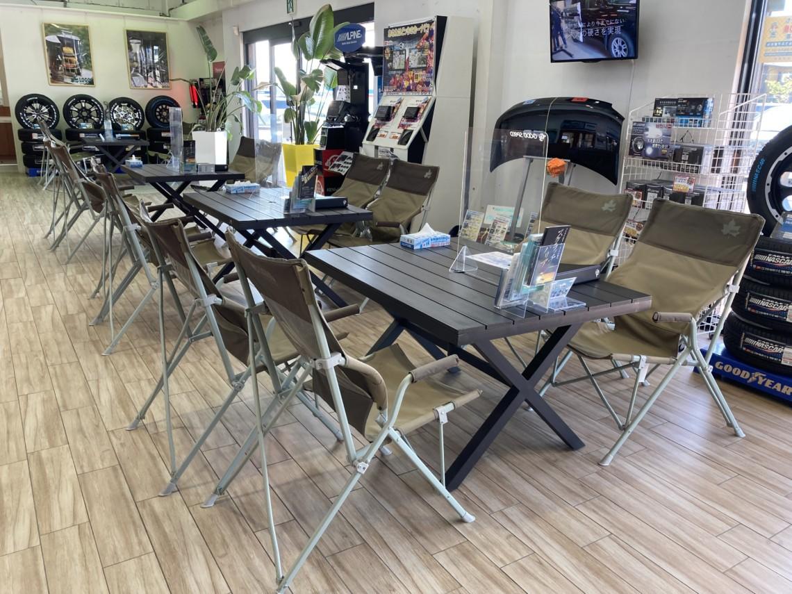 商談スペースは、アウトドアブランド「ロゴス」のテーブルとチェア。...