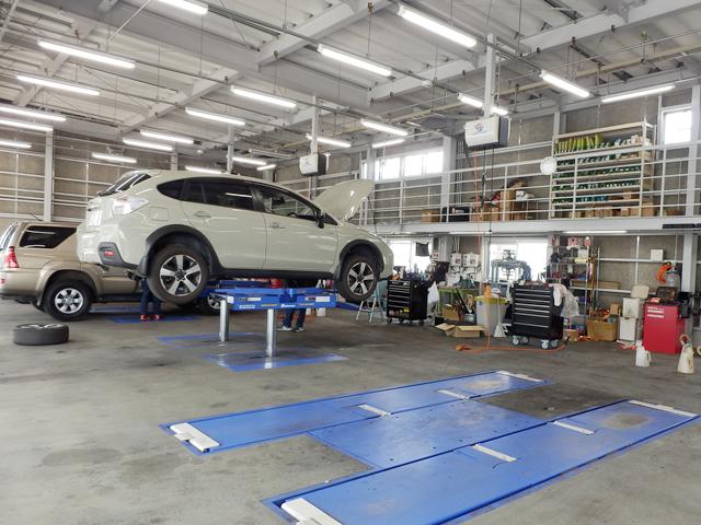 ショールームに併設した整備工場では国家資格整備士が常駐しております。