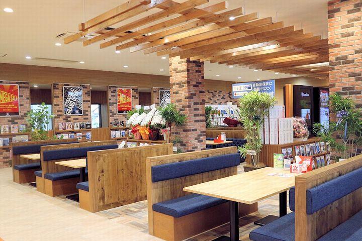 店内はカフェを彷彿させるような木目調を基調とした広々・ゆったりとし...