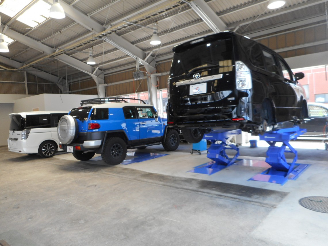 隣接する指定工場にて点検・車検・保証修理などぜんぶ対応。購入後も私たちがフルサポート致しますのでご安心下さいね。
