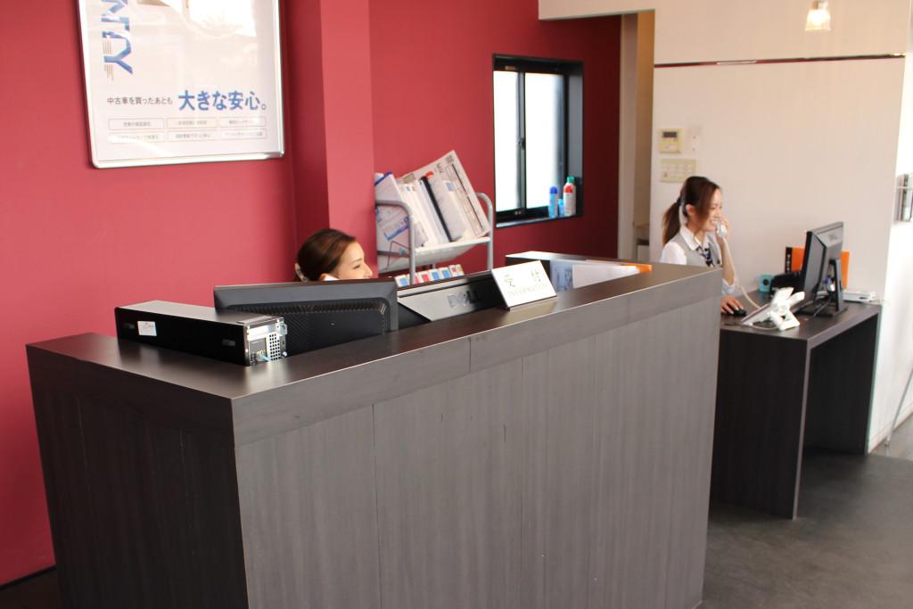 入口正面には、受付カウンターがあり、即座にご用件をお伺いいたします。