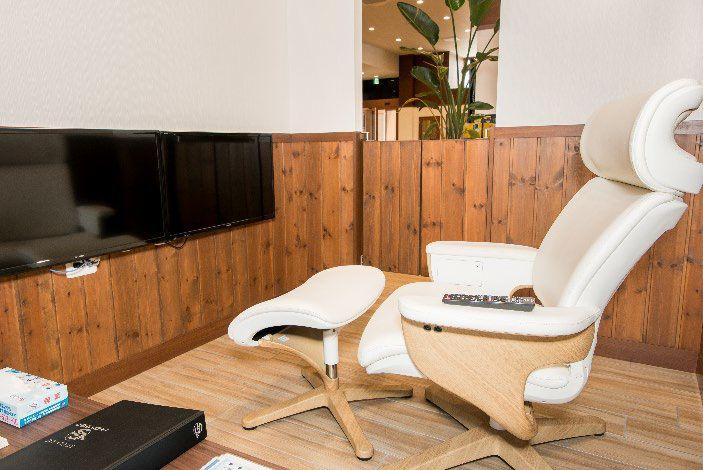 整備が終わるまでゆったりと快適にお待ちいただけるよう、座り心地のよいソファと大型のテレビ