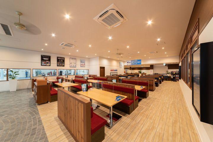 商談スペースも明るく広々。清潔で明るい店舗を目指しています。